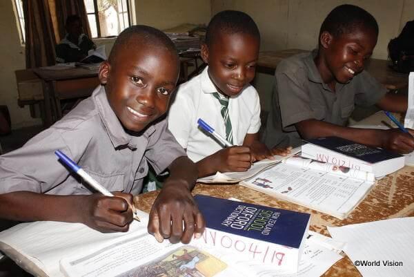 熱心に勉強に励むジンバブエの子どもたち