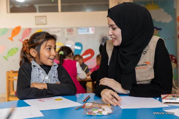 シリア難民の少女と話すワールド・ビジョン スタッフ