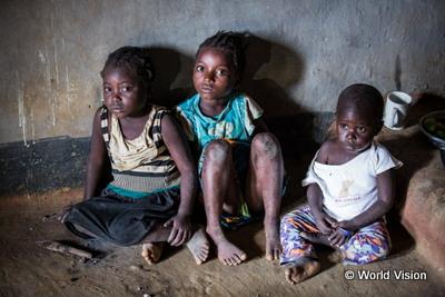 母親が亡くなり祖母に引き取られたエマニュエルくんたち兄弟。ほかに7人の子どもがいて、全員が栄養のある食事をすることはできません(ザンビア)