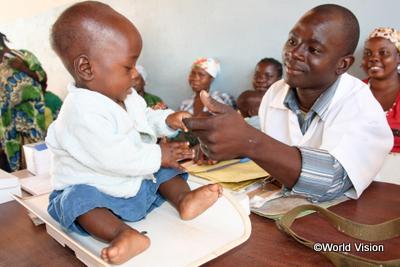 子どもの様子を見る医師(モザンビーク)
