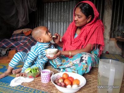 栄養のある食べ物を子どもに食べさせる母親(バングラデシュ)