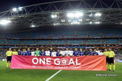 ONE GOALキャンペーンのバナーを持つ、サッカー日本代表の選手たち