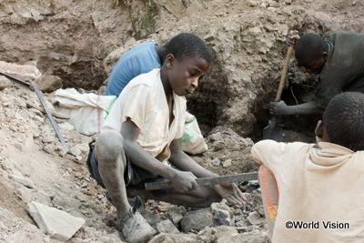 鉱山での労働に従事する子ども(コンゴ民主共和国) 女性、少女だけでなく、男性、少年も人身取引の被害者となっています
