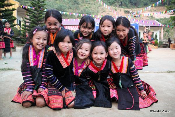 民族衣装を着た少数民族の子どもたち