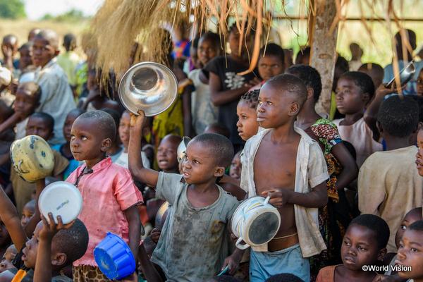 食糧不足の子どもたち