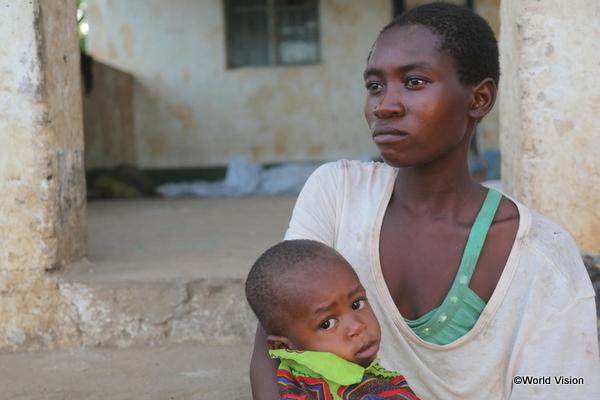 アフリカで暮らす母と子ども