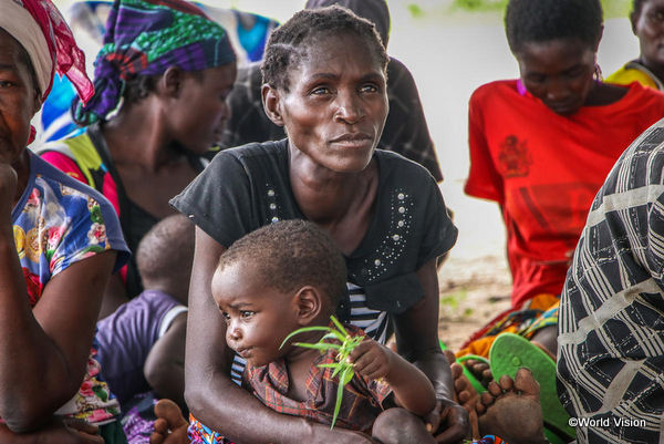 飢餓に苦しむ母と子ども