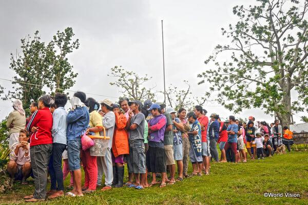現金援助を受けるために並ぶ人々(フィリピン)