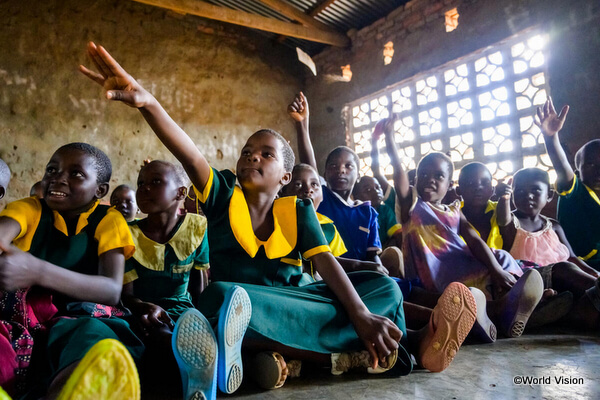 勉強をしているマラウイの子どもたち