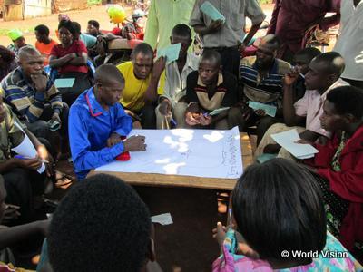 災害発生に備えるために集まって話すコミュニティの人々(ウガンダ)