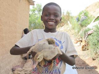 育てているアヒルの子を抱くフェリジョ君(9歳)