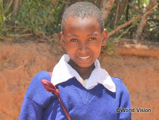 支援によって制服や通学かばんがそろい、元気に学校に通えるようになったメアリーちゃん