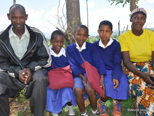 お父さん、お母さん、友人に囲まれて嬉しそうなメアリーちゃん(左から2番目)