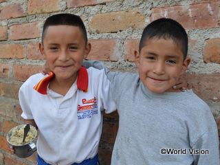 ミカエル君(左)と弟のカルロス君