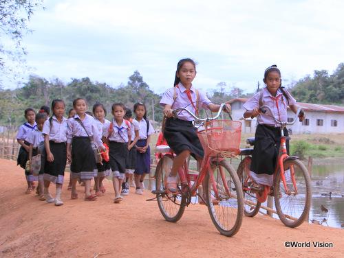 支援によって建設された道路を通学する子どもたち