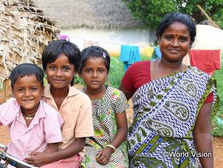 自助グループの一員として活動するマリアンマさん(右)と3人の子どもたち