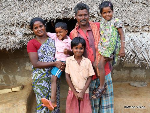 家族と一緒に笑顔を見せてくれたマリアンマさん(左)