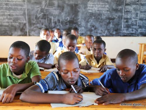 ADPの支援で建設された新しい小学校で学ぶフローレンスちゃん(右)