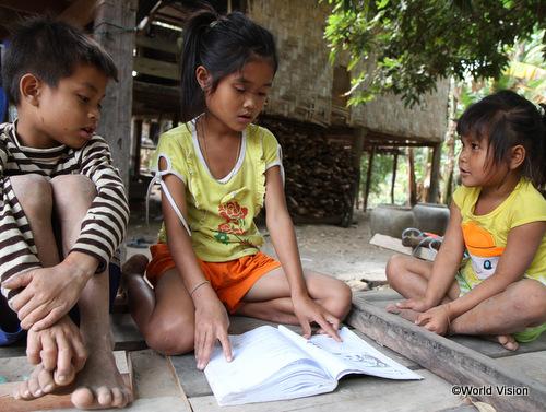 弟と妹に読み聞かせをするラムトンちゃん(中央)