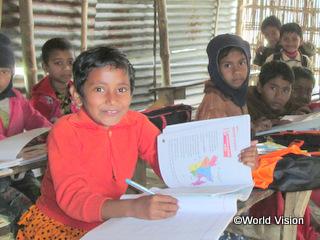 学校で熱心に勉強するアフサナちゃん