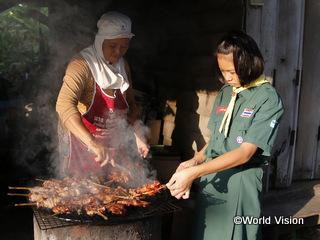 学校から帰ると祖母を手伝って販売用の焼き鳥を焼きます
