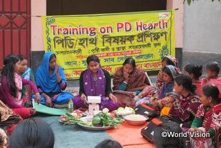 母親向けの栄養改善プログラムが行われました。知識を学んだ母親が、今後はほかの母親たちに伝えていくことで地域全体の子どもたちの栄養状態が改善することを目指しています