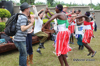 ダンスで歓迎してくれた子どもたちと一緒に踊っている様子 (2015年ルワンダツアー)