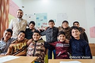 レベル別に英語や算数、アラビア語を学ぶ補習授業を受けるシリア難民の子どもたち