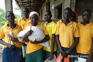 エチオピアの南スーダン難民キャンプで中等学校への進級試験を受けた少女たち。学び続けるチャンスを手にできることが、将来の国の復興にとっても鍵となります。