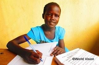 エチオピアの難民キャンプで暮らすニャジマちゃん(12歳)。彼女の夢は、先生になって子どもたちに勉強を教えられるようになることです。