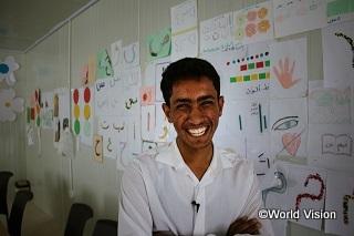 ヨルダンの難民キャンプで暮らすモハメッドくん(16歳)。彼の父と叔父は内戦で殺されました。叔父は、勉強するようにと新聞をいつも買ってくれていました。彼の夢は、真実を伝えるジャーナリストになることです。