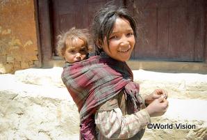 妹の世話をするネパールの子ども。