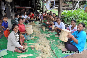 カンボジアの女性が籠を手作りしている