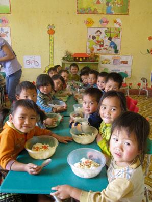 支援による未就学児クラスの給食をよろこんで食べる子どもたち。