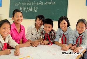 ベトナムの女の子たちが教室でエイズについて勉強している