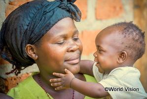 ウガンダの男の子が母親に抱かれている