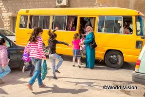 ヨルダンで子どもたちがバスに駆け込んでいる