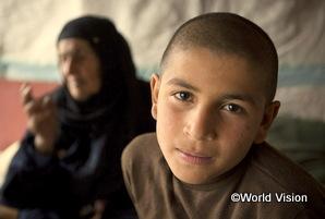 シリアからヨルダンに祖母と逃げてきた男の子