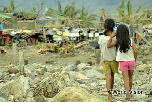 フィリピンで被災した地域を歩く女の子2人