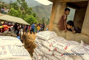 ネパールの震災後、物資が被災した地域に物資が運び込まれている