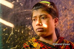 過去人身売買の被害を受けたバングラデシュの女性が深刻な顔をしている