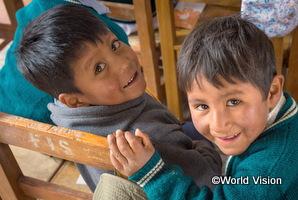 ボリビアの学校で人身売買から身を守るための授業を受ける男の子たち