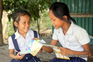 カンボジアの女の子がスポンサーからの手紙を読んでいる