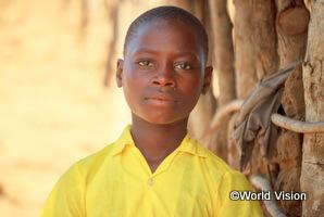 水を毎日汲みに行かなくてよくなったケニアの女の子がまじめな顔をしている