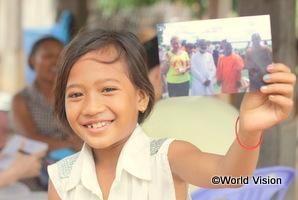 カンボジアの女の子がスポンサーさんからもらった手紙を持って満面の笑顔