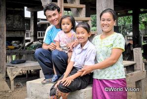 チャイルド・スポンサーシップの支援を受けているラオスの家族の笑顔