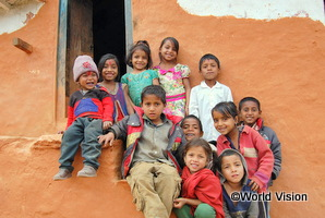 ネパールの学校で大勢の友だちと一緒に笑う女の子