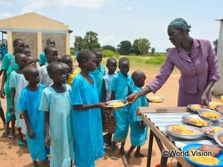 子どもたちが学業を続けながら栄養も取れるよう、学校給食を支援