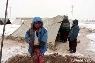 アフガニスタンの寒さの中を過ごす子どもたちに編み物が届けられます