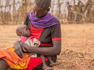 野草を食べて飢えをしのぐうちに母乳が出なくなってしまったアデレさん。お腹を空かせて泣く娘のアキールちゃんを抱え、なすすべがありません